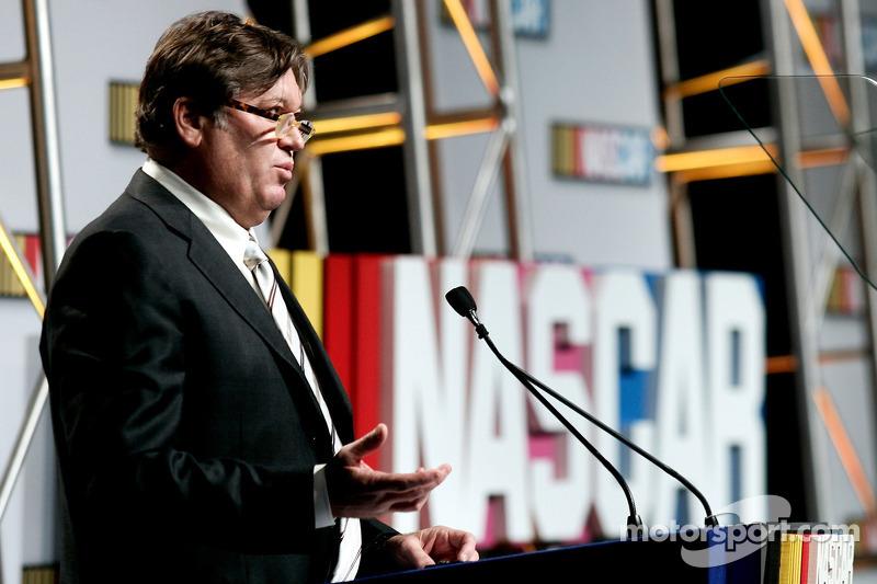 Robin Pemberton, vice-président du NASCAR, s'adresse aux médias