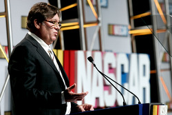 El vicepresidente de Competencia de NASCAR, Robin Pemberton habla con la prensa