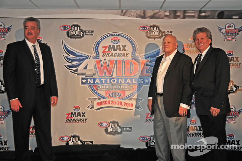 Tom Compton, NHRA, Bruton Smith et John Forcelors de l'annonce NHRA