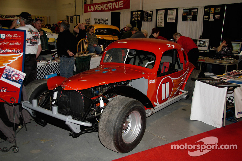 Le Chevy Coupe 1936 de Jack Tant et Clayton Mitchell, conduit par Mr «Modified» Ray Hendrick. Hendrick pilote n'importe où et n'importe quet, amassant plus de 700 victoires!