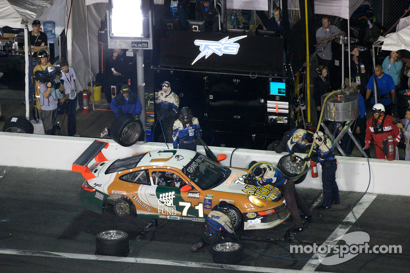 Arrêt aux stands pour #71 TRG Porsche GT3: Timo Bernhard, Romain Dumas, Tim George Jr., Bobby Labont