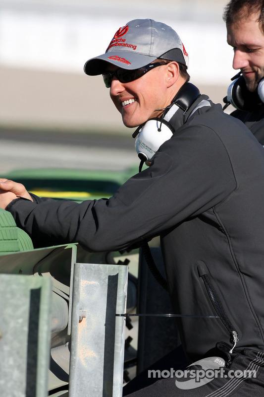 Michael Schumacher, Mercedes GP, kijkt toe langs de piste