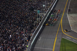 Start: Kevin Harvick, Richard Childress Racing Chevrolet and Carl Edwards, Roush Fenway Racing Ford lead the field to the green flag