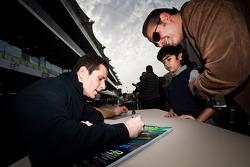 Александр Росси раздает автографы фанатам