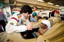 Sergio Perez rencontre les jeunes visiteurs du Paddock