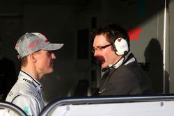 Michael Schumacher, Mercedes GP, Andrew Shovlin, Mercedes GP, Senior Race Engineer di Michael Schumacher