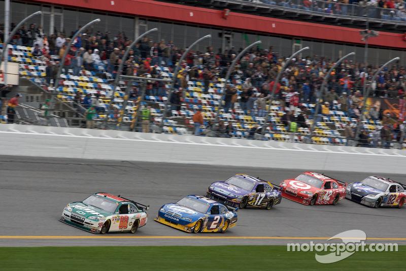 Dale Earnhardt Jr., Hendrick Motorsports Chevrolet rijdt voor Kurt Busch, Penske Racing Dodge