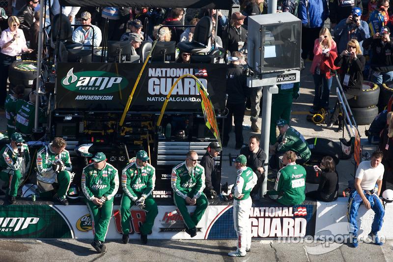 Dale Earnhardt Jr., Hendrick Motorsports Chevrolet praat met zijn crew