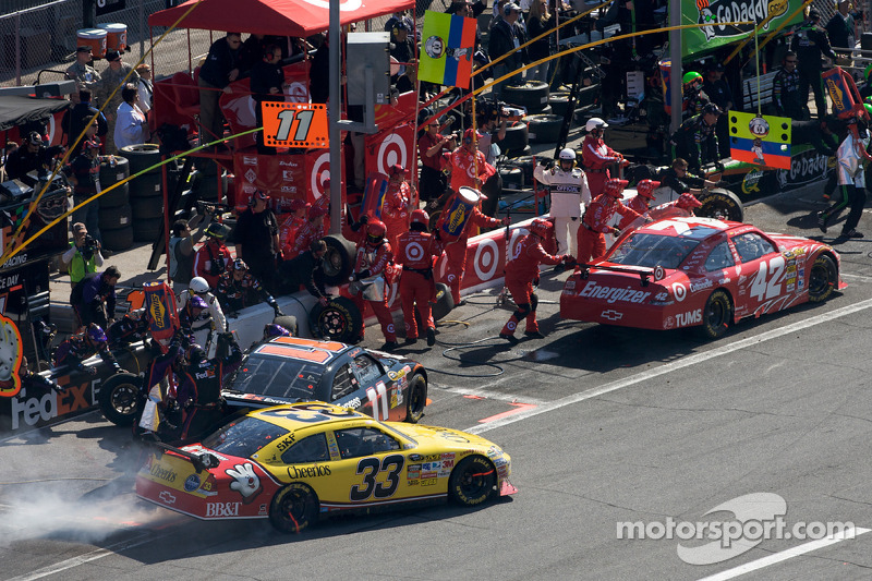 Pitstop Juan Pablo Montoya, Earnhardt Ganassi Racing Chevrolet, Denny Hamlin, Joe Gibbs Racing Toyota en Clint Bowyer, Richard Childress Racing Chevrolet