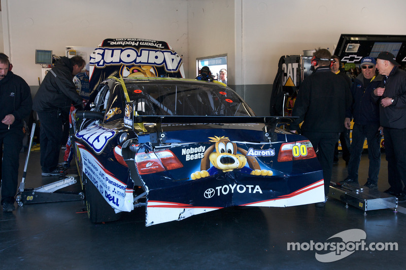 Beschadigde auto van David Reutimann, Michael Waltrip Racing Toyota