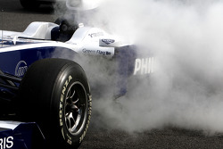 The team spray the car after Nico Hulkenberg, Williams F1 Team, stops on circuit