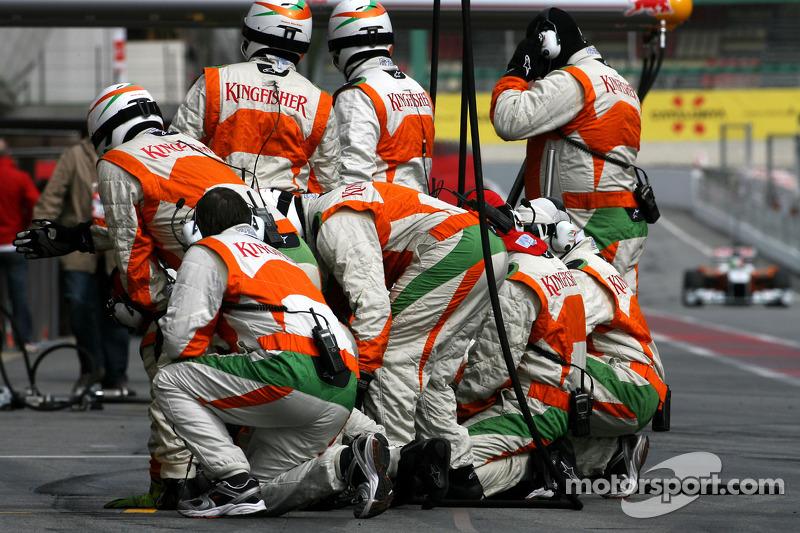 Les mécaniciens Force India F1 Team attendent Vitantonio Liuzzi, Force India F1 Team