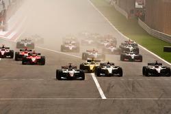 Adrian Zaugg devant Sergio Perez, Alvaro Parente, Giacomo Ricci et le peloton au départ de la course