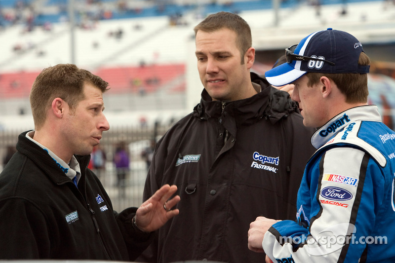 Carl Edwards praat met de nieuwe team manager Drew Blickensderfer