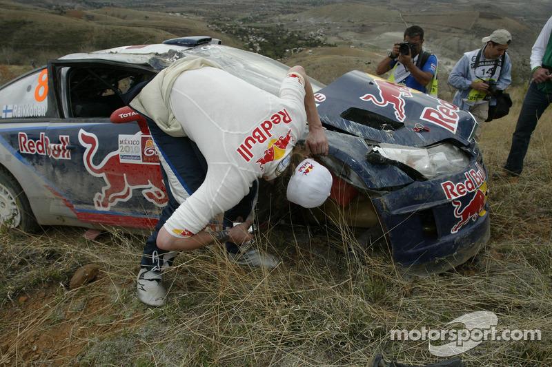 Kimi Raikkonen y Kaj Lindstrom, Citroën C4 WRC, Citroën Junior Team choca y queda fuera del rally