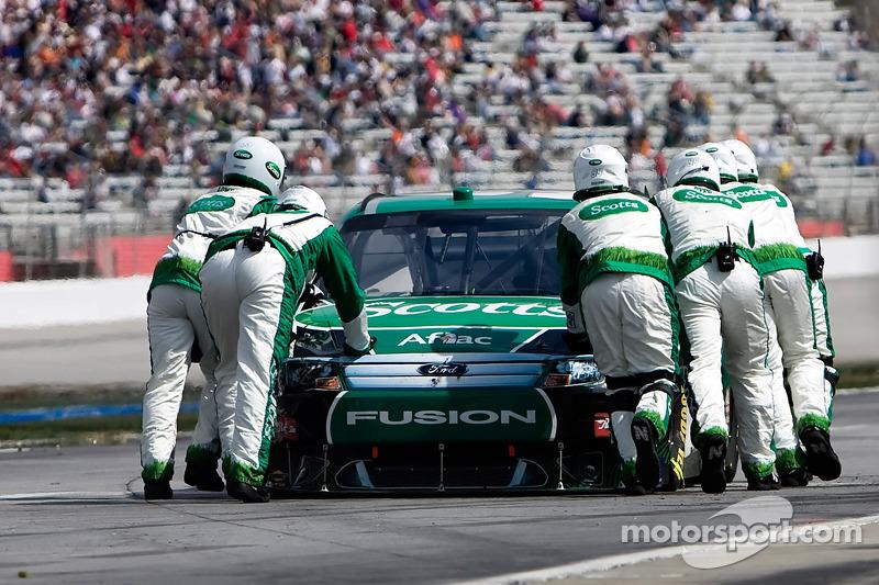 Carl Edwards, Roush Fenway Racing Ford wordt terug geduwd na een crash eerder in de wedstrijd