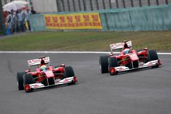 Фелипе Масса, Scuderia Ferrari едет впереди Фернандо Алонсо, Scuderia Ferrari