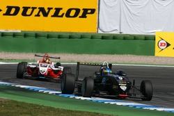 Эдриан Куэйф-Хоббс, Motopark Academy, Dallara F308 Volkswagen едет впереди Эстебана Гутьереса, ART Grand Prix, Dallara F308 Mercedes