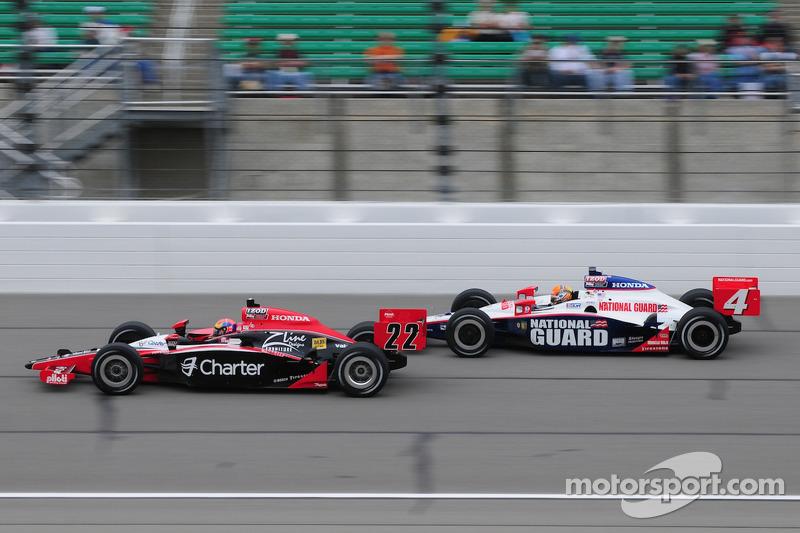 Justin Wilson, Dreyer and Reinbold Racing leads Dan Wheldon, Panther Racing