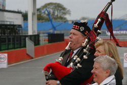Bagpipes to welcome the winners