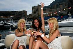 Des jeunes femmes dans le port de Monaco