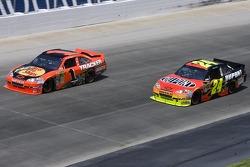 Jeff Gordon, Hendrick Motorsports Chevrolet and Jamie McMurray, Earnhardt Ganassi Racing Chevrolet