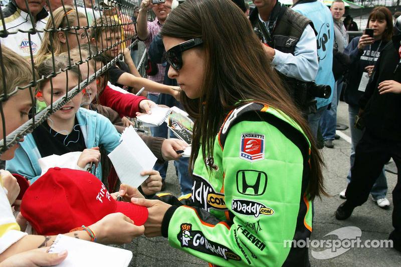 Danica Patrick, Andretti Autosport deelt handtekeningen uit