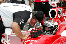 Scott Dixon, Target Chip Ganassi Racing receives qualifying instructions from Brian Barnhardt, President of Competition & Racing Operations