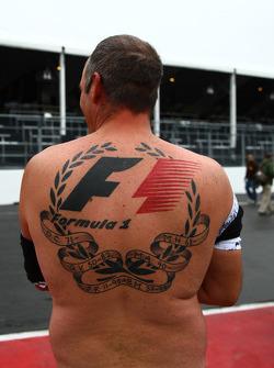 Un fan avec un énorme tatouage F1