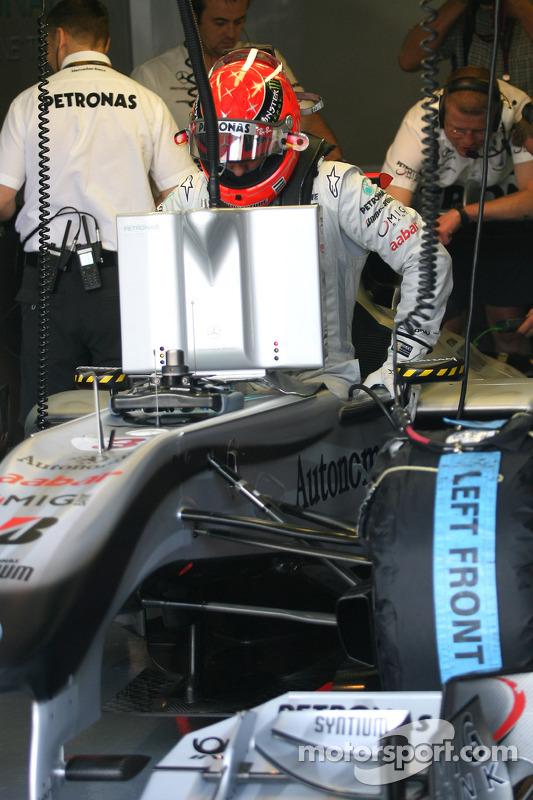 Michael Schumacher, Mercedes GP kruipt in de wagen