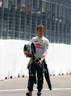 Sebastian Vettel, Red Bull Racing s'arrête sur la piste après la ligne d'arrivée