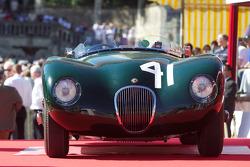 Een Jaguar bij de start van de parade