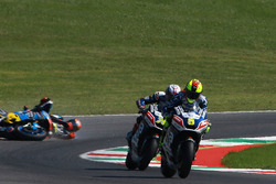 Sturz von Tito Rabat, Marc VDS Racing, hinter Hector Barbera und Loris Baz