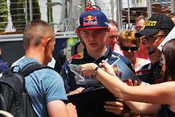 Max Verstappen, Red Bull Racing met fans