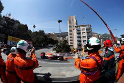 Маршалы аплодируют Даниэлю Риккардо, Red Bull Racing RB12