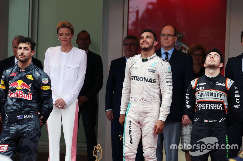 Podio: Daniel Ricciardo, Red Bull Racing, segundo lugar; Lewis Hamilton, Mercedes AMG F1, ganador de la carrera Sergio Perez, Sahara Force India F1, tercer lugar