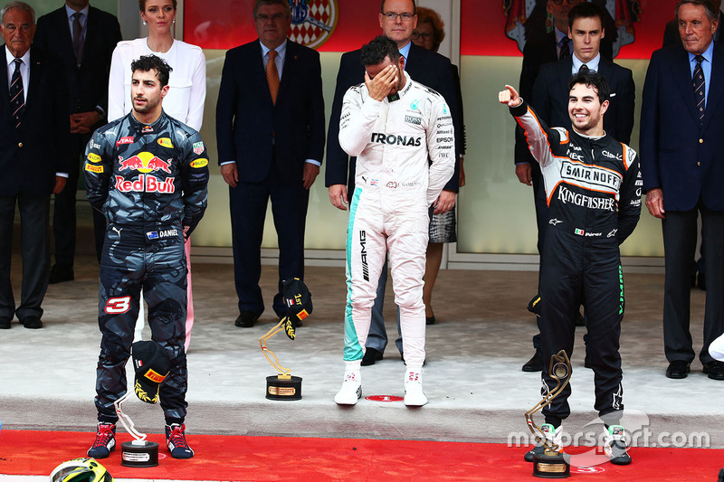 Podio: ganador de la carrera Lewis Hamilton, Mercedes AMG F1, segundo lugar Daniel Ricciardo, Red Bull Racing, y tercer lugar Sergio Pérez, Sahara Force India