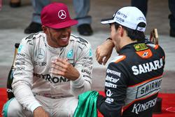 Ganador Lewis Hamilton,  Mercedes AMG F1 con el tercer puesto Sergio Pérez, Sahara Force India F1 en el podio