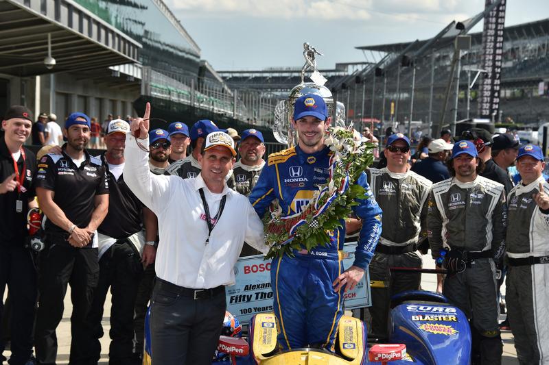 Восемь раз (исключая самую первую гонку) «Инди 500» выигрывали новички. Двое из них примут участие в гонке этого года – это Элио Кастроневес и Александр Росси (на фото)