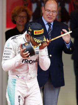 Переможець Льюіс Хемілтон, Mercedes AMG F1 святкує на подіумі
