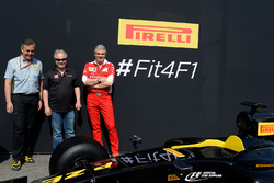Марио Изола, гоночный менеджер Pirelli, Джин Хаас, президент Haas Automotion и Маурицио Арривабене, руководитель Ferrari на презентации машины Pirelli