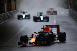 Daniel Ricciardo, Red Bull-TAG Heuer RB12 voor Nico Rosberg, Mercedes GP, Lewis Hamilton, Mercedes GP en Sebastian Vettel, Ferrari