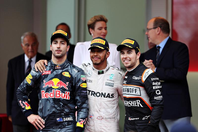 Podio: Lewis Hamilton, Mercedes AMG F1, Daniel Ricciardo, Red Bull Racing y Sergio Pérez, Force