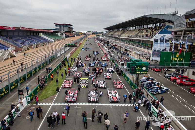 La sesión de fotos tradicional de los autos de Le Mans: instalación