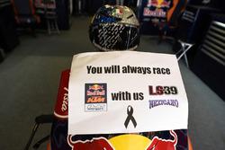 Red Bull KTM garage met de moto van Luis Salom