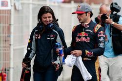 Carlos Sainz Jr., Scuderia Toro Rosso, mit Pressesprecherin Tabatha Valles