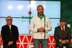 Bernie Ecclestone, jefe Global de Heineken; y Jackie Stewart, en el  anuncio de patrocinio de Heineken