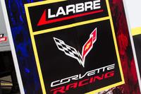 Fahrerlagerbereich, Larbre Competition und Logo