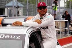 Льюис Хэмилтон, Mercedes AMG F1 в закрытом парке