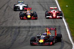 Max Verstappen, Red Bull Racing RB12 precede Daniel Ricciardo, Red Bull Racing RB12, Kimi Raikkonen, Ferrari SF16-H e Valtteri Bottas, Williams FW38